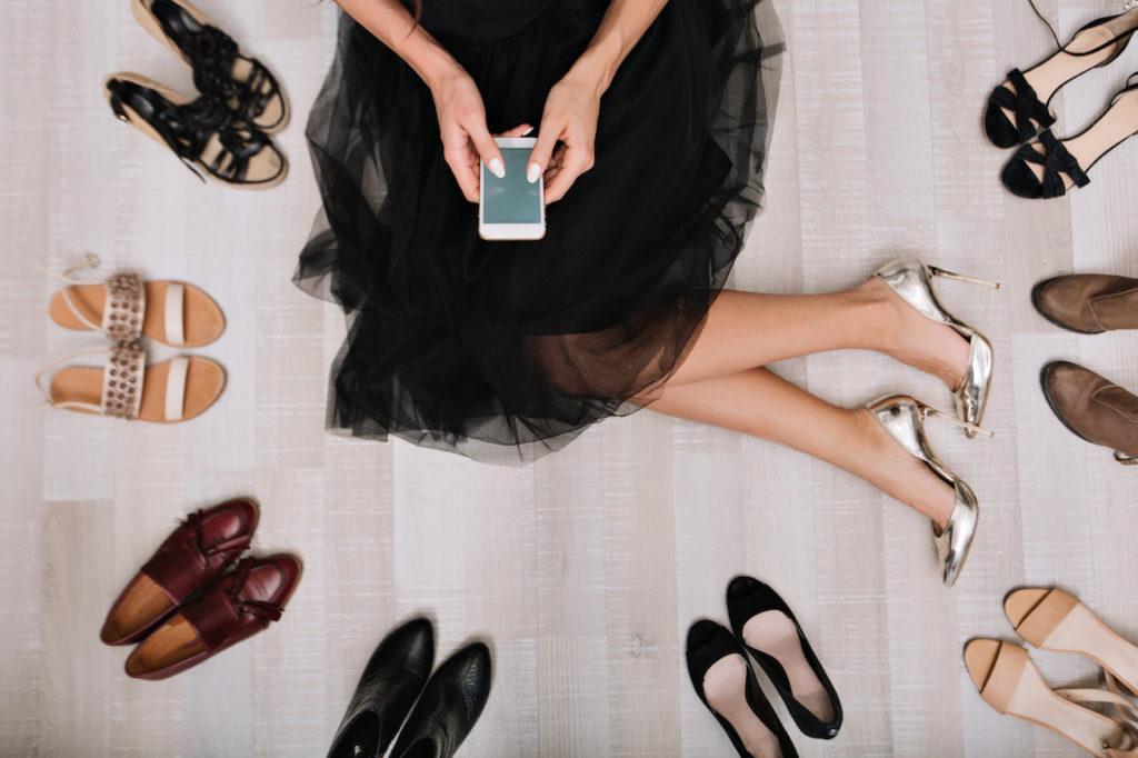 femme assise essayant des chaussures